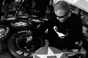 A Texavo-Havoline Dodge crew member prepares the wheels