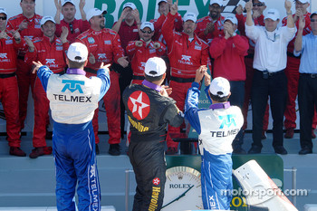 DP Podium: Winners Scott Pruett, Juan Pablo Montoya, Salvador Duran applaud their crew