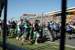 Photographers run to the drivers group picture 2007