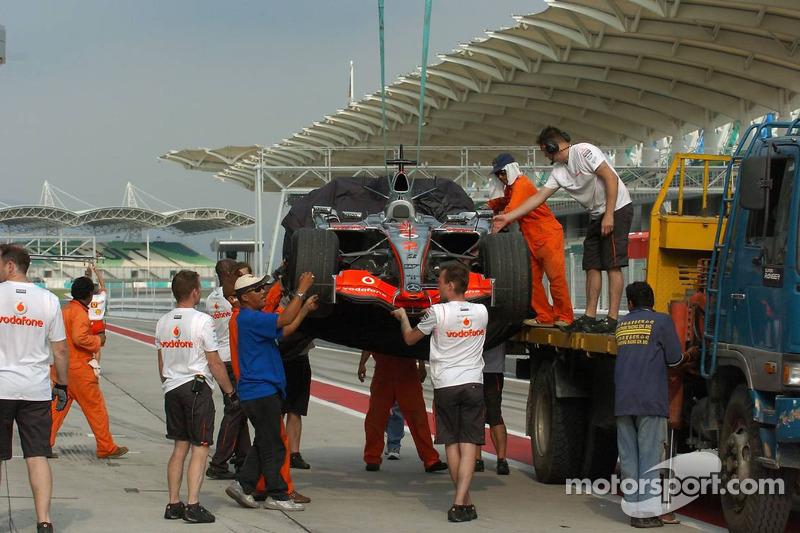 Technical problems at the car of Lewis Hamilton, McLaren Mercedes