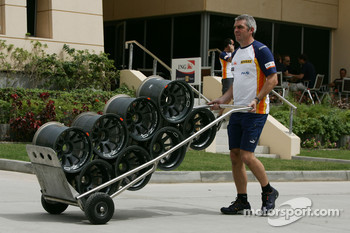 Renault F1 Team personnel carrying OZ Racing wheels