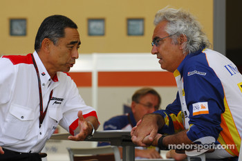 Flavio Briatore, Renault F1 Team, Team Chief, Managing Director and Hiroshi Yasukawa, Bridgestone