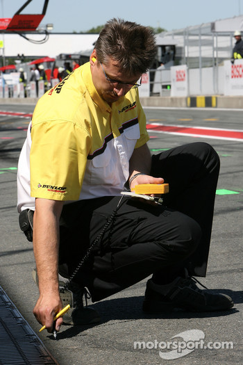 Dunlop engineer measure the asphalt temperature