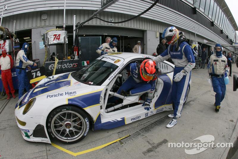 Pitstop for #74 Ebimotors Porsche 997 GT3 RSR: Emanuele Busnelli, Marcello Zani