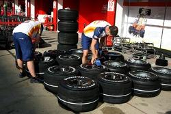 Renault F1 Team, prepare their tyres