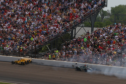Oriol Servia, Rahal Letterman Lanigan Racing Honda and Ed Carpenter, CFH Racing Chevrolet crash