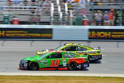 Danica Patrick, Stewart-Haas Racing Chevrolet and Paul Menard, Richard Childress Racing Chevrolet