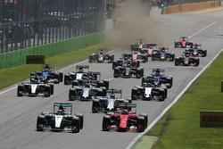 Lewis Hamilton, Mercedes AMG F1 W06 en Sebastian Vettel, Ferrari SF15-T bij de start