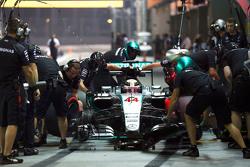 Lewis Hamilton, Mercedes AMG F1 W06 oefent pitstop