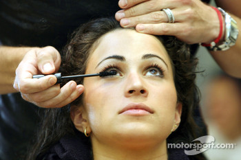 Formula Unas girls visit a beauty salon: Mina Zakipour