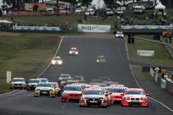 Race start:  Rick Kelly (Toll HSV Dealer Team Commodore VE)