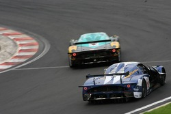 Door problem for #16 JMB Racing Maserati MC 12 GT1: Ben Aucott, Philipp Peter, Marino Franchitti, Joe Macari