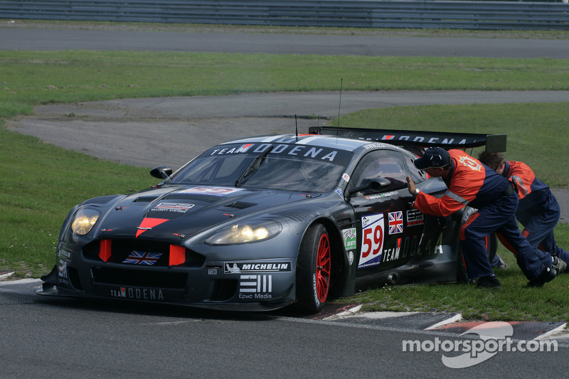 Marshalls attempt in vain to push #59 Team Modena Aston Martin DBR9: Antonio Garcia, Christian Fittipaldi off the curb