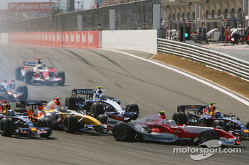 Start, Giancarlo Fisichella, Renault F1 Team, R27 hits Jarno Trulli, Toyota Racing, TF107