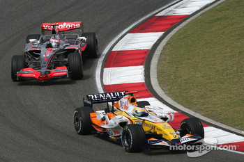Giancarlo Fisichella, Renault F1 Team, R27 and Fernando Alonso, McLaren Mercedes, MP4-22