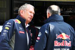 (从左到右):赫尔穆特·马尔科博士,红牛赛车顾问与弗朗兹·托斯特,小红牛车队领队