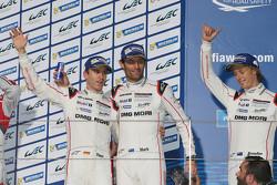 Podio: ganadores Timo Bernhard, Mark Webber, Brendon Hartley, Porsche Team