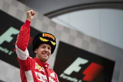 亚军塞巴斯蒂安·维特尔,法拉利车队,在领奖台上庆祝