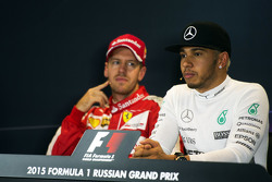 Lewis Hamilton, Mercedes AMG F1 y Sebastian Vettel, Ferrari  en la conferencia de prensa de la FIA