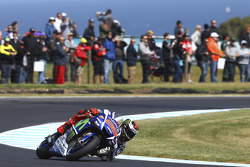 Phillip Island MotoGP: Marquez wins thriller as Lorenzo reels in Rossi