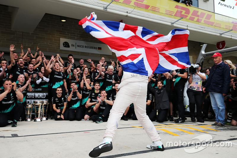 Ganador de la Carrera y Campeón del Mundo Lewis Lewis Hamilton, Mercedes AMG F1 celebra con el equipo