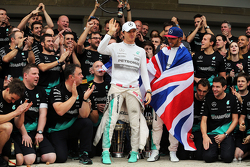 美国大奖赛冠军及2015年度冠军刘易斯·汉密尔顿,与队友尼科·罗斯伯格,及梅赛德斯车队全体庆祝