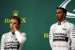 Podium: segundo lugar, Nico Rosberg, Mercedes AMG F1 y el ganador de la carrera y campeón del mundo, Lewis Hamilton, Mercedes AMG F1