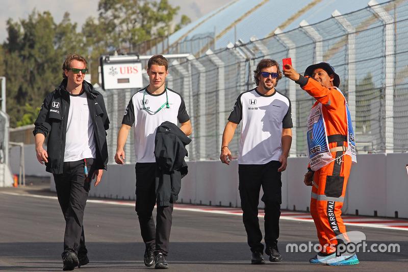 Fernando Alonso, McLaren y Stoffel Vandoorne, McLaren Piloto de Pruebas y de Reserva caminan por el circuito