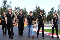 Sergio Pérez, Sahara Force India F1camina por el circuito con el equipo