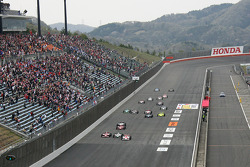 Start: Helio Castroneves, Tony Kanaan and Scott Dixon battle for the lead