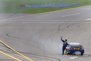 Michael Waltrip pushes his car back to pit road