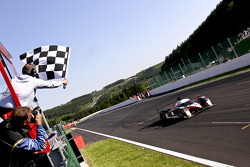 #7 Team Peugeot Total Peugeot 908 HDi FAP: Marc Gene, Nicolas Minassian, Jacques Villeneuve takes the checkered flag