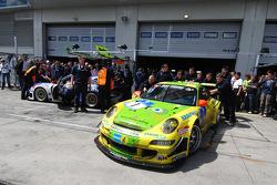 Last pitstop for #1 Manthey Racing Porsche 911 GT3 RSR: Timo Bernhard, Marc Lieb, Romain Dumas, Marcel Tiemann
