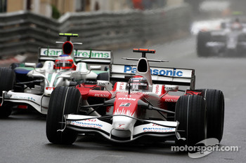 Jarno Trulli, Toyota Racing leads Rubens Barrichello, Honda Racing F1 Team