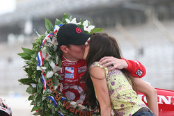 Scott Dixon and his wife Emma celebrate the 500 victory with a kiss