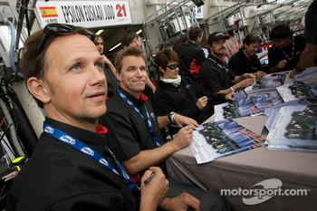 Angel Burgueno, Miguel Angel de Castro, Adrian Valles, Jean-Marc Gounon, Shinji Nakano and Stefan Johansson sign autographs