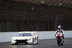 """费尔南多·阿隆索测试本田摩托,旁边是本田""""神车""""NSX"""