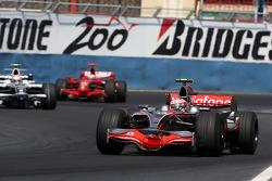 Heikki Kovalainen, McLaren Mercedes, MP4-23 leads Kazuki Nakajima, Williams F1 Team, FW30