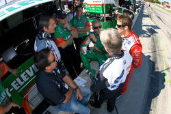 Tony Kanaan and Marco Andretti discuss with Michael Andretti and Andretti Green team members