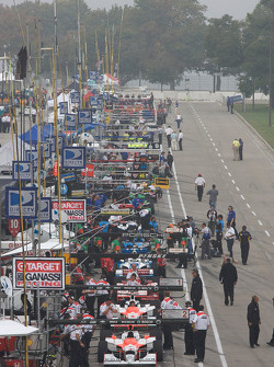 Pitlane ambiance as the practice session is delayed because of the morning fog