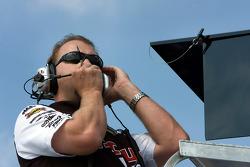 Mike Kelly watches David Ragan practice