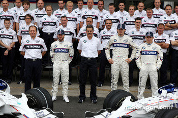 BMW Sauber F1 Team team photo, Willy Rampf, BMW-Sauber, Technical Director, Nick Heidfeld, BMW Sauber F1 Team, Dr. Mario Theissen, BMW Sauber F1 Team, BMW Motorsport Director, Robert Kubica,  BMW Sauber F1 Team, Christian Klien, Test Driver, BMW Sauber F1