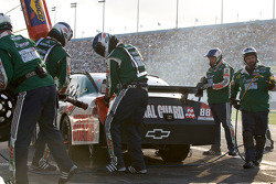 Hectic pit stop for Dale Earnhardt Jr., Hendrick Motorsports Chevrolet
