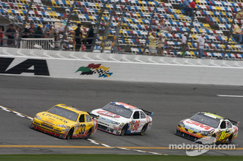 Clint Bowyer, Richard Childress Racing Chevrolet, Bobby Labonte, Hall of Fame Racing Ford, Greg Biffle, Roush Fenway Racing Ford