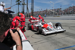 Ryan Briscoe, Team Penske makes a pit stop
