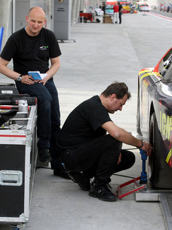Mechanics work on the car of Johnny Herbert JMB