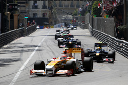 Nelson A. Piquet, Renault F1 Team leads Sebastien Buemi, Scuderia Toro Rosso