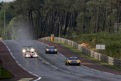 #85 Snoras Spyker Squadron Spyker C8 Laviolette: Jarek Janis, Tom Coronel, Jeroen Bleekemolen leads a group of cars
