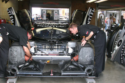 Work on the #2 Childress-Howard Motorsports Pontiac Crawford: Rob Finlay, Andy Wallace