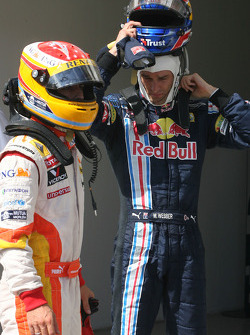 Pole winner Fernando Alonso, Renault F1 Team tries to figure the final qualifying order, with Mark Webber, Red Bull Racing